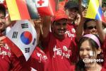 图文-十四国留学生安徽共迎奥运圣火 笑脸诚挚灿烂