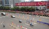 图文-北京奥运圣火在湖南长沙传递 街头赈灾标语