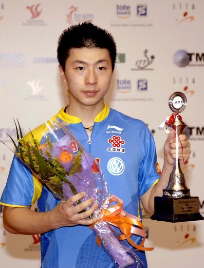 图文-马龙获新加坡公开赛男单冠军 马龙展示奖杯