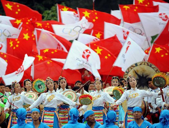 图文-奥运圣火在云南昆明传递 为圣火传递助兴