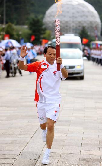 图文-奥运圣火在昆明传递 拉祜族火炬手方绍荣