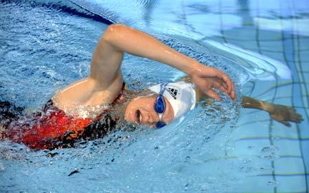图文-卡泽训练备战北京奥运会 美女变身泳池蛟龙