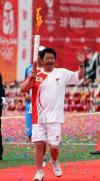 图文-奥运圣火在香格里拉传递 火炬手松涛手持火炬