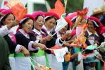 图文-奥运圣火在香格里拉传递 身着民族服饰加油