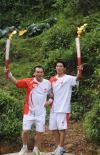 图文-奥运火炬在贵州省凯里市传递 茅润潮王昊交接