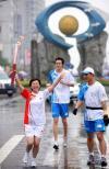 图文-奥运圣火在重庆万州传递 陈美红手持火炬传递