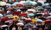 图文-奥运圣火在重庆万州传递 助威群众人山人海