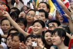 图文-奥运圣火在重庆万州传递 群众喜笑颜开