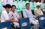 图文-奥运圣火在重庆市区传递 地震伤员出席观礼