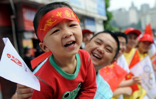 图文-奥运圣火在重庆市区传递 儿童等待圣火到来