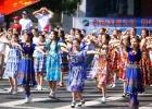 图文-奥运圣火在乌鲁木齐传递 新疆青年人跳起来