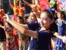 图文-奥运圣火乌鲁木齐传递 美妙的舞蹈让人心动