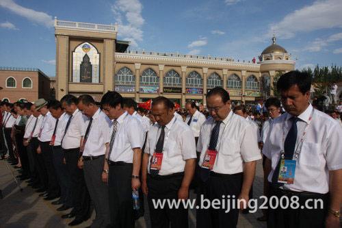 图文-奥运圣火在喀什传递 为汶川地震遇难者默哀