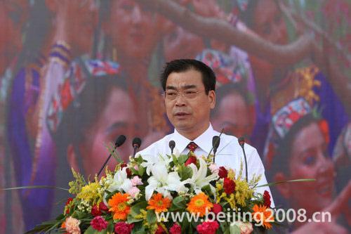 图文-北京奥运圣火在喀什传递 当地官员致辞