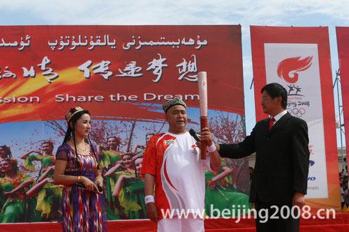 图文-北京奥运圣火在喀什传递 阿西木接受采访
