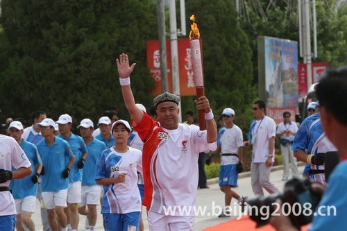 图文-北京奥运圣火在喀什传递 最后一棒阿西木