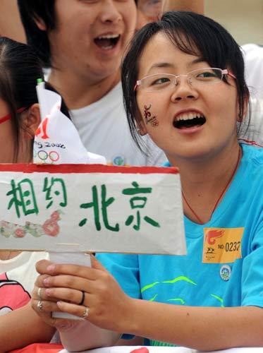 图文-北京奥运圣火在喀什传递 热情的喀什市民