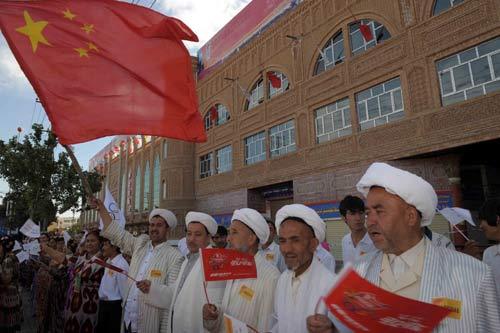 图文-北京奥运圣火在喀什传递 鲜艳的五星红旗