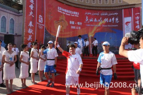 图文-北京奥运圣火在喀什传递 阿迪力走下起跑台