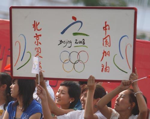 图文-北京奥运圣火在喀什传递 残奥标志跃然街头