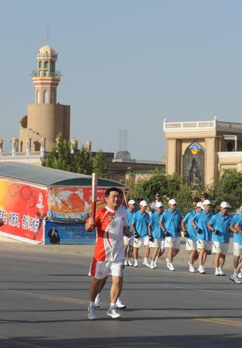图文-北京奥运圣火在喀什传递 陈朗手持火炬传递