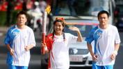 图文-奥运圣火在新疆石河子传递 少数民族美女古丽