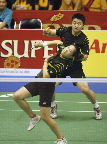 图文-高��/郑波晋级混双第三轮 两人一前一后