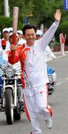 图文-北京奥运圣火在拉萨传递 谢力传递火炬