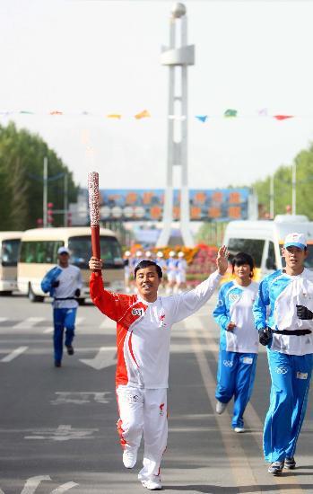 图文-北京奥运圣火在格尔木传递 季盛虎在进行传递