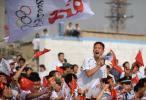 图文-奥运圣火在山西运城传递 沿途观众呐喊助威