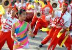 图文-北京奥运圣火在太原传递 起跑仪式锣鼓表演
