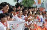 图文-北京奥运圣火在太原传递 挥舞奥运五环旗