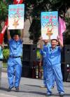 图文-北京奥运圣火在太原传递 心情激动高举宣传牌