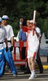 图文-奥运圣火在山西大同传递 李智老人传递火炬