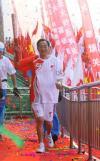 图文-奥运圣火在宁夏中卫传递 火炬手张贤亮传递火炬