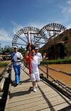 图文-奥运圣火在宁夏中卫传递 火炬手高命禄桥上传递