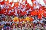 图文-奥运圣火在宁夏中卫传递 五星红旗迎风飘扬