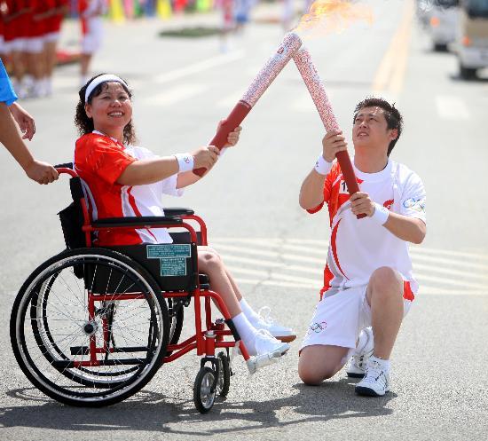 图文-奥运圣火在吴忠传递 单膝跪地引燃奥运火炬