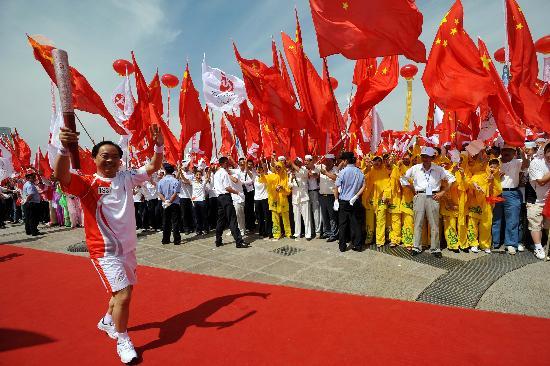 图文-奥运圣火在吴忠传递 红色海洋中笑传祥云火炬