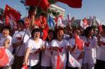 图文-奥运圣火在宁夏银川传递 有组织的助威团
