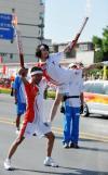 图文-奥运圣火在宁夏银川传递 这种姿势实在特别