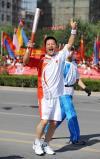 图文-奥运圣火在宁夏银川传递 周宁林传递很兴奋