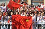 图文-奥运圣火在银川传递 沿途群众打出国旗助威