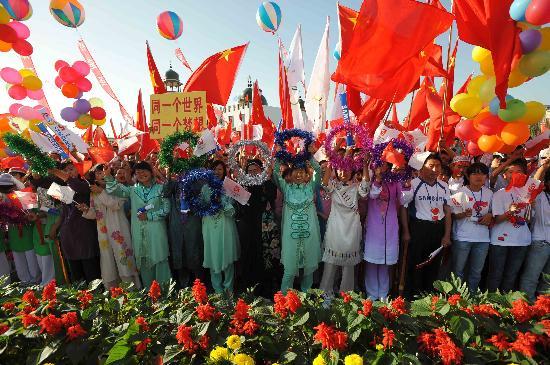 图文-奥运圣火在银川传递 人们热烈欢迎火炬到来