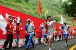 图文-奥运圣火在延安传递 美女火炬手向观众招手