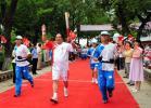图文-奥运圣火在延安传递 欧喜元在枣园传递