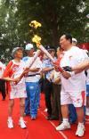 图文-奥运圣火在延安传递 老红军与欧喜元交接
