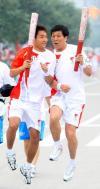 图文-奥运圣火在陕西杨凌传递  交接前特殊姿势