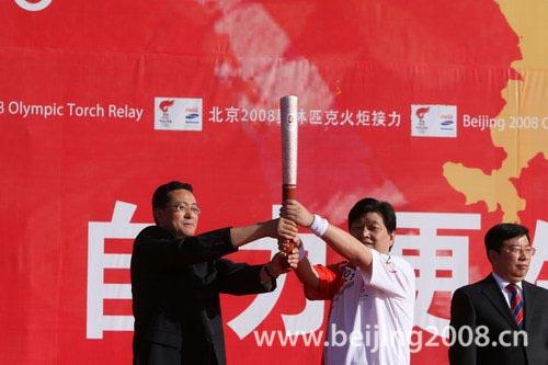 图文-北京奥运圣火在嘉峪关传递 从领导手中接过