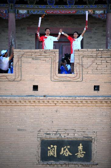 图文-奥运圣火在甘肃嘉峪关传递 长城上的展示